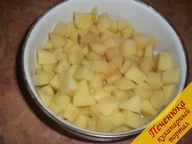 3) Порезать картофель кубиками. Добавить картофель в варево. Посолить по вкусу, поперчить.