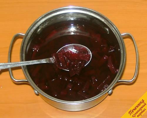 9) Хорошенько перемешиваем свеклу с маринадом и ставим в холодильник на сутки.