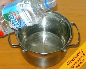 3) Пока свекла остывает можно приготовить маринад. В кастрюльку наливаем холодную воду (0,5 литра), добавляем порцию уксуса.
