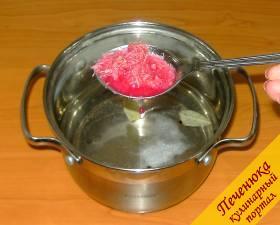 5) Для остроты и оригинального вкуса добавляем столовую ложку натертого хрена, который был заготовлен осенью. Но если есть сухие корешки хрена, то можно использовать и их.