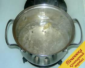 6) Ставим кастрюльку с маринадом на огонь и доводим до кипения. Снимаем с огня и даем полностью остыть.