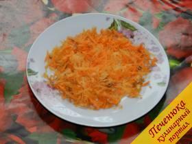 2) Морковь почистить, помыть и натереть на крупной терке.
