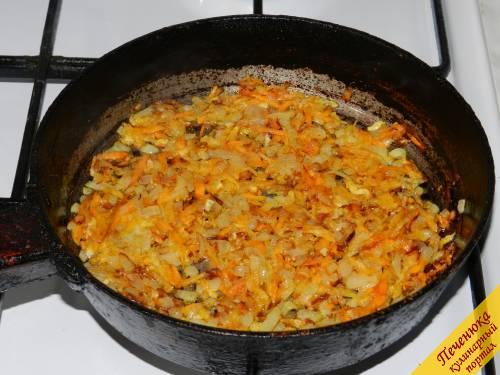 5) Лук и морковь обжарить до золотистого цвета на растительном масле. Его должно быть минимальное количество, чтобы салат не получился слишком жирным.