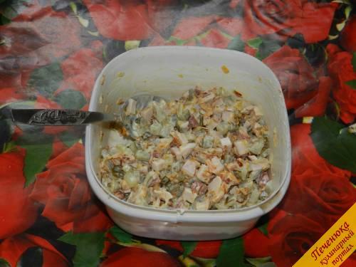6) Смешать все ингредиенты для салата. Прежде чем добавлять в блюдо обжаренные лук и морковь, их нужно остудить. Заправить все ингредиенты майонезом и перемешать. Солить салат не нужно, так как грудка, огурцы и майонез уже соленые.