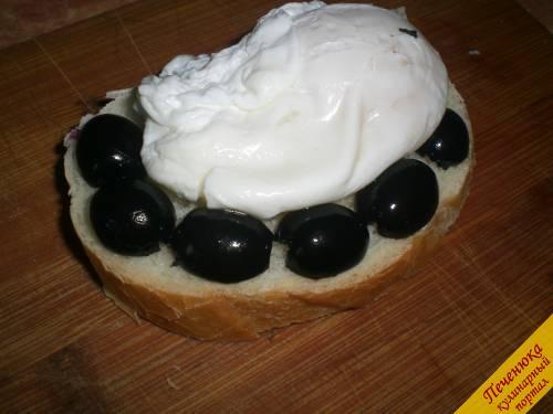 5) На масло выкладываем приготовленное яйцо-пашот. Вокруг яйца выкладываем маслины, разрезанные пополам.
