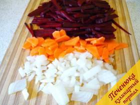 2) Нарезаем промытые и очищенные свеклу, морковку, лук. Далее обжариваем овощи на растительном масле и отправляем в бульон. Можно не обжаривать и сразу сырыми отправить вариться.
