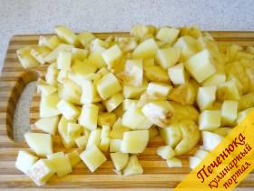 3) Картошку моем и чистим (у меня молодая картошка, я ее поскоблила), нарезаем кубиками и засыпаем в бульон.